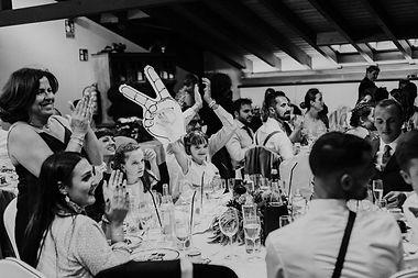 niña en boda riendo