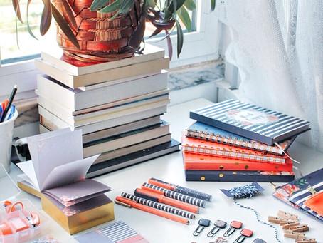 Oferecer um peluchinho é tão anos 90. Agora queremos é cadernos, diários e canetas.