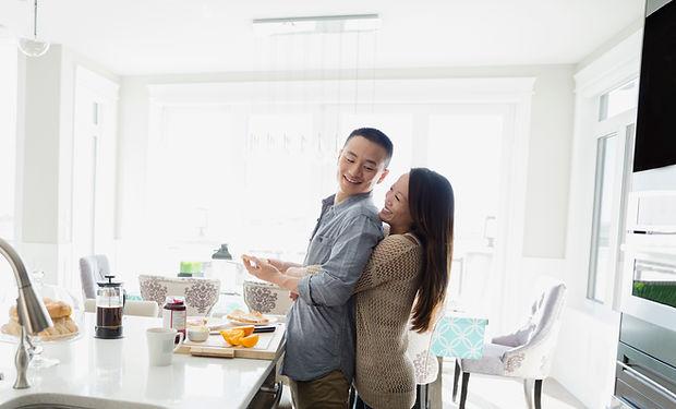 キッチンでのカップル