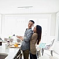 Couple dans une cuisine