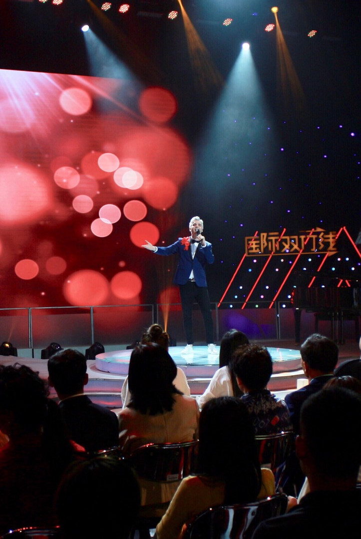 """Slater performs """"China, My Home"""" at Beijing TV"""