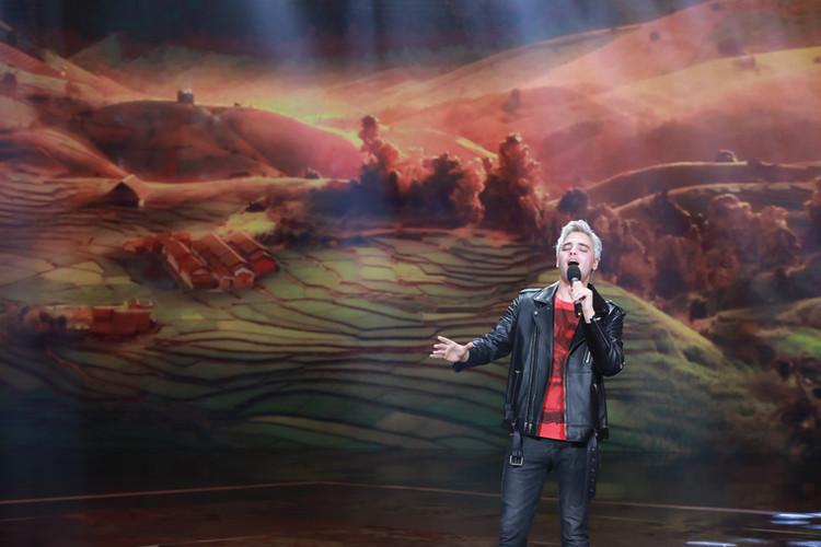 "Slater singing ""China, My Home"" on CCTV"