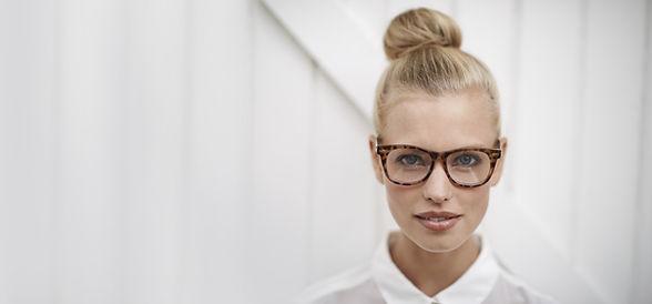 Женщина носить очки