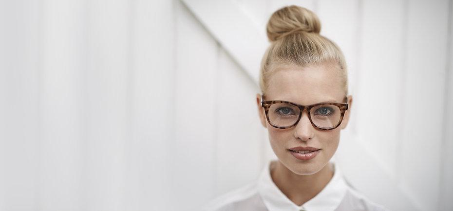 Donna che indossa occhiali Eye