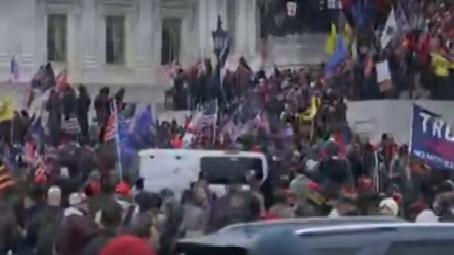 Manifestantes pró-Trump invadem o Capitólio dos EUA