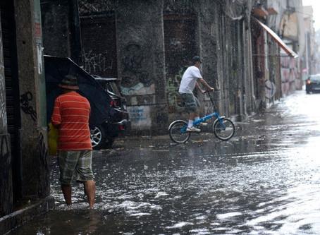Vídeos: Rio em estágio de atenção com chuvas fortes