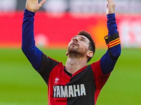 Messi marca pelo Barcelona e homenageia Maradona