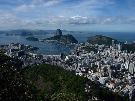 Feriadão de Aparecida com céu nublado e chuva no Rio