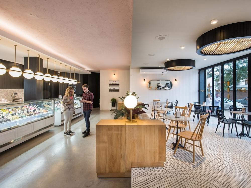 盧西亞諾Lucciano的冰淇淋旗艦店戶內櫃檯+座位區.jpg