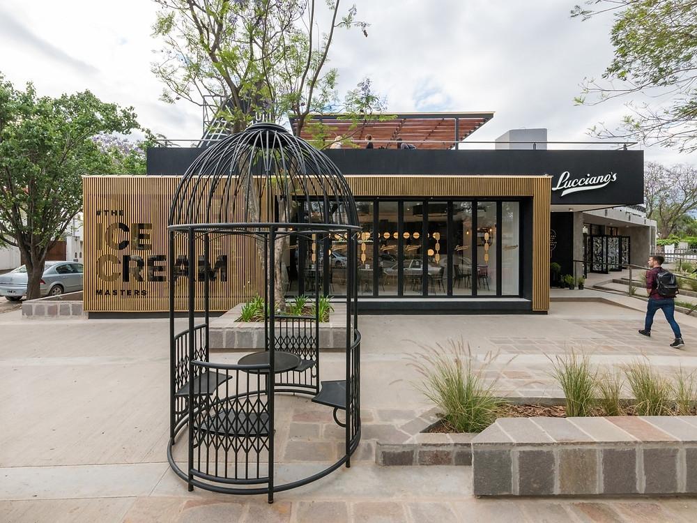 盧西亞諾Lucciano的冰淇淋旗艦店戶外區鳥籠座位.jpg