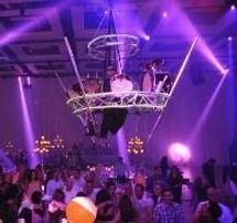 קרקס Y FLY Y קרקס וואי פליי וואי אטרקציות לאירועים בר אקטיבי קבלת פנים ברמניות מרחפות גימיקים למסיבה מתופף מעופף