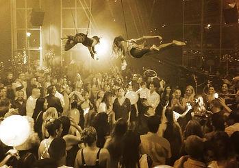 קרקס Y FLY Y קרקס וואי פליי וואי אטרקציות לאירועים בר אקטיבי קבלת פנים ברמניות מרחפות גימיקים למסיבה