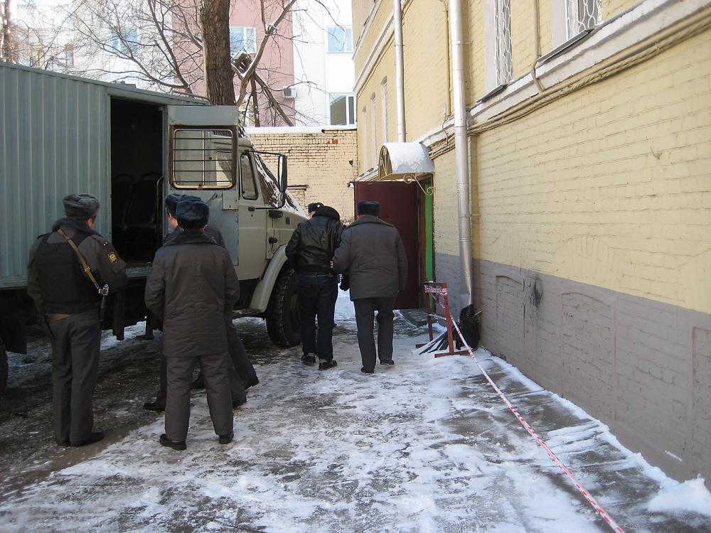(Олесинова  А.Ф.  выводят  из  автозака  и  ведут  в  конвойное  помещение  Таганского  районного  суда  гор.Москвы,  5  февраля  2009  года).