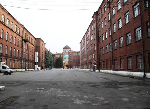 Внутренняя  часть  двора  (плац), вид  в  одну  и  другую  стороны.