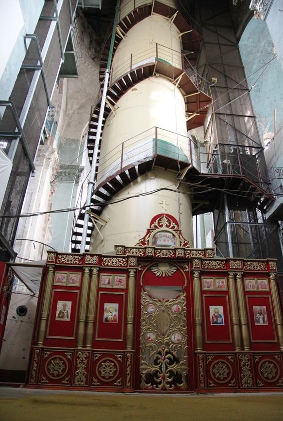 """Главный объект станции 21 метровая башня,  которая  моделировала выход подводника из затонувшей подводной лодки, в защитном снаряжении и подъем на """"поверхность сквозь толщу воды"""", с остановками во избежание заболевания кессонной болезнью.        Сейчас она  в  иконах,  хотя   сохраняющаяся  влага  влияет на них  пагубно."""