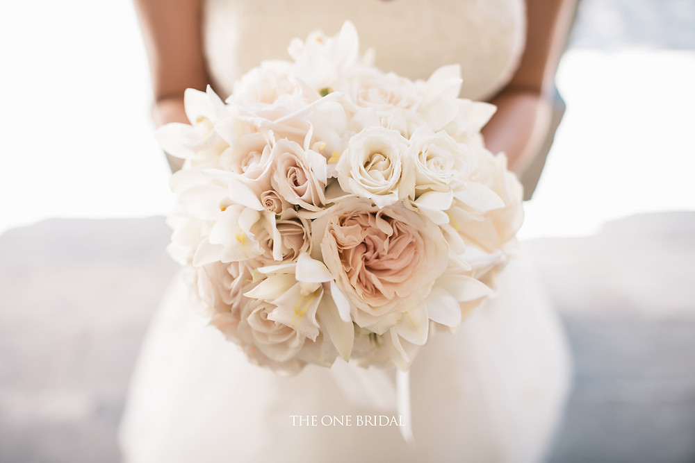 A simple beautiful bridal bouquet in white for the bride