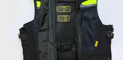 Gilet completo di 2 sistemi airbag (uno anteriore e uno posteriore) con FAST LOCK in dotazione.