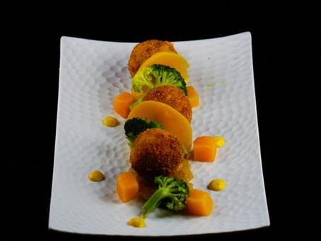 Cromesquis au cabillaud, confit d'oignons, sauce citron et petits légumes