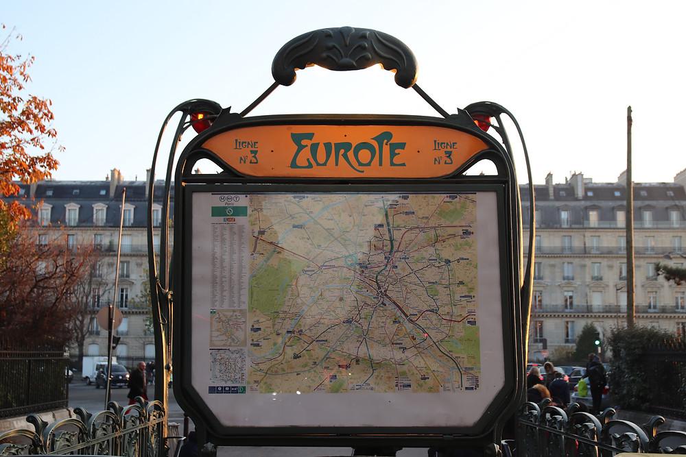 Métro Europe sur la place éponyme.