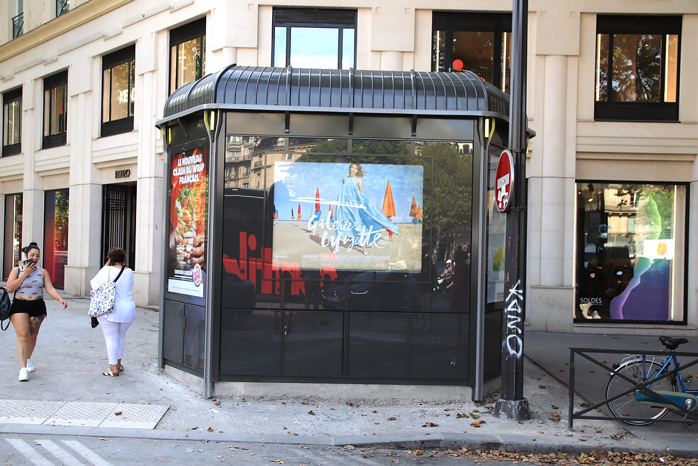 Le kiosque à journaux qui occulte la vitrine Kenzo