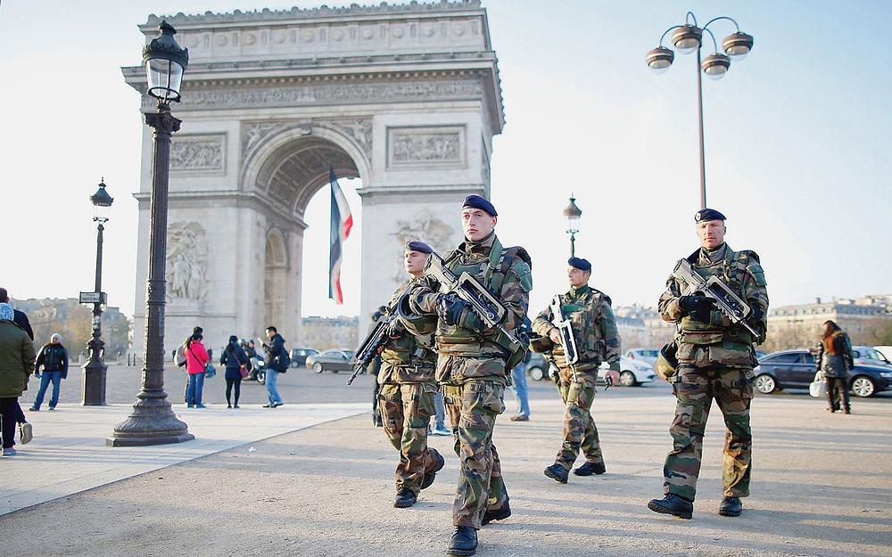 Des soldats de l'opération Sentinelle sur l'avenue des Champs Elysées