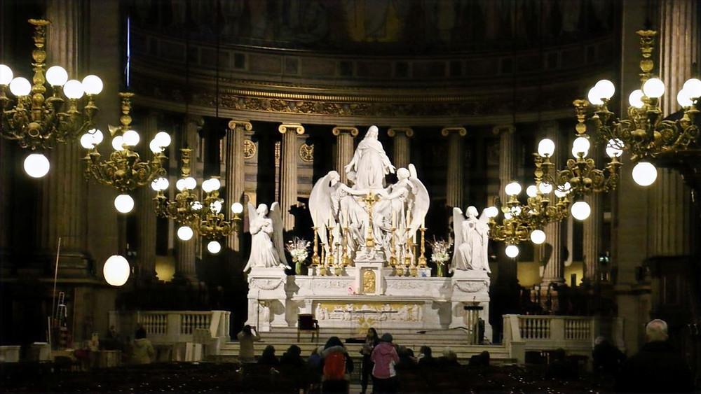 Les lustres anciens jalonnant la nef de l'église