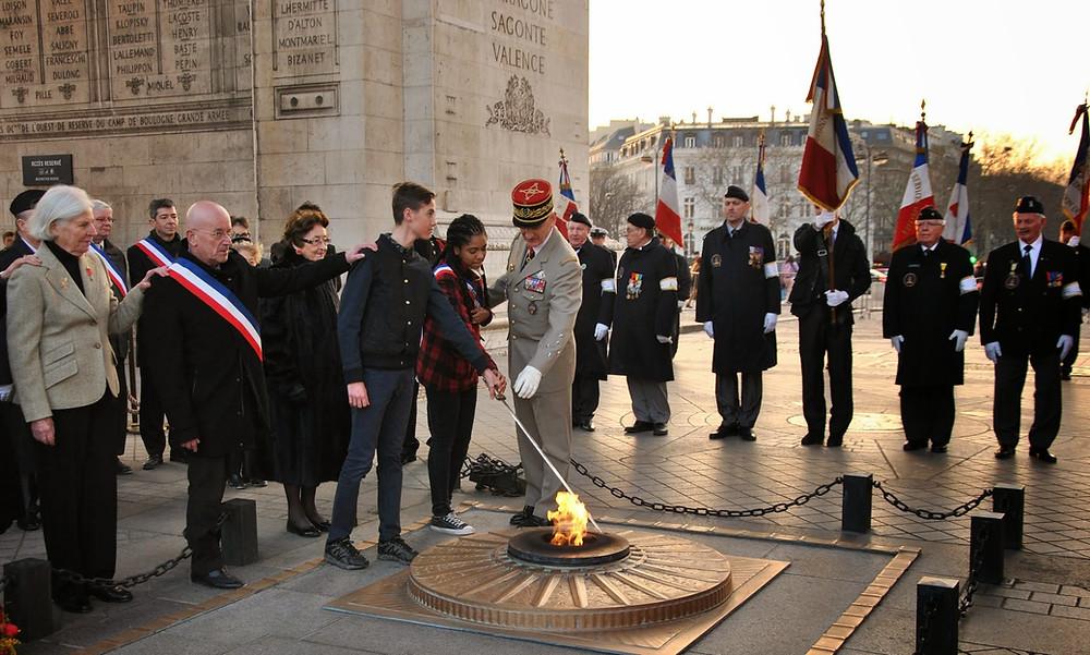 Ravivage de la flamme sous l'Arc de Triomphe