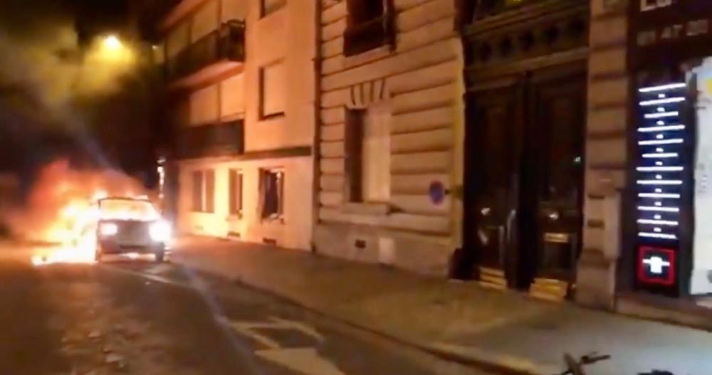 Une voiture incendiée près des Champs-Elysées dans la nuit du 24 au 25 août