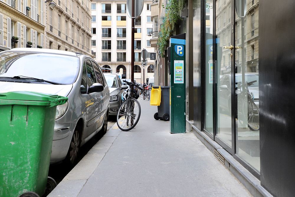 Un trottoir étroit encombré rue Jean Mermoz