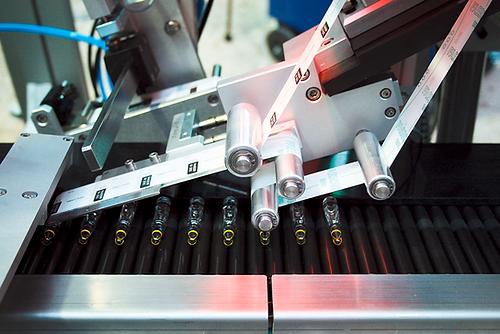 Vollautomatisches Etikettiersystem zur Etikettierung von liegenden, zylindrischen Ampullen