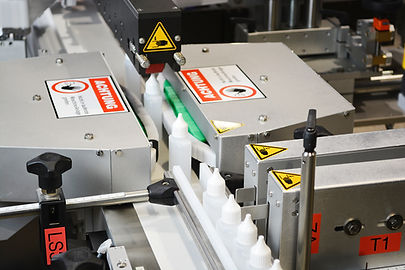 Fully automatic labelling system for labelling shaped bottles on both sides