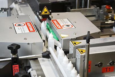 Vollautomatisches Etikettiersystem zur beidseitigen Etikettierung von Formflaschen
