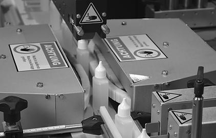 Vollautomatische, beidseitige Etikettierung von Formflaschen