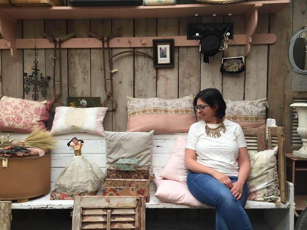 רחלי יושבת על ספסל בחנות וינטג