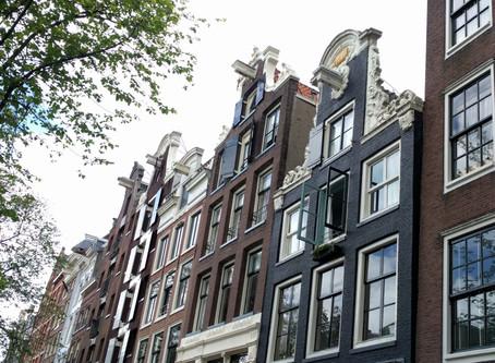 """הבתים """"העקומים"""" באמסטרדם"""