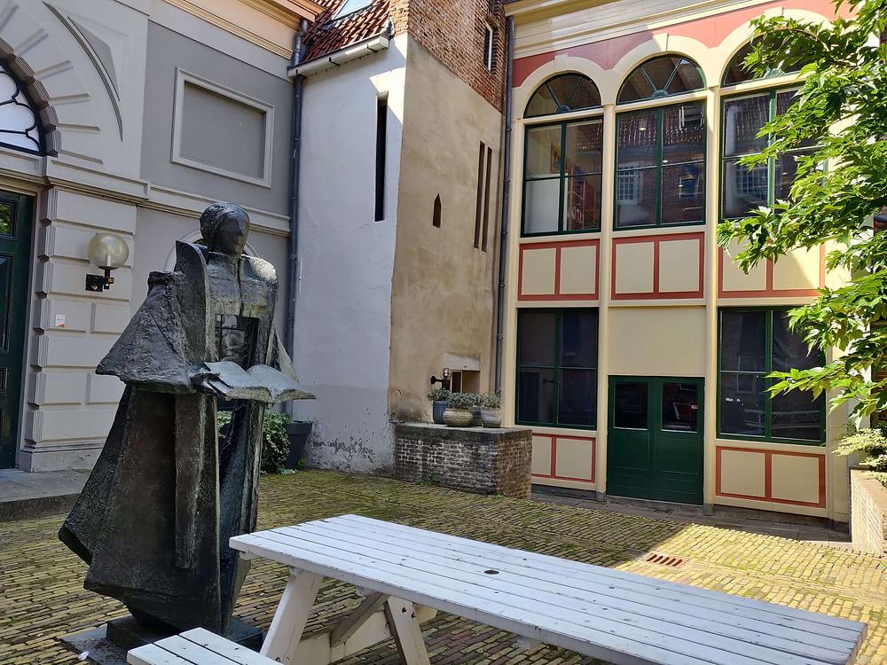 כיכר סלה עם פסל הפדגוג יואן סלה