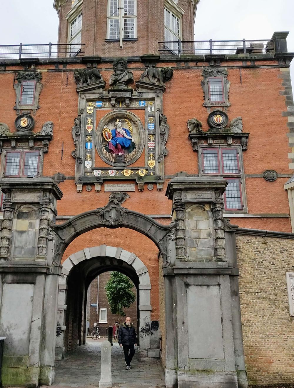 השער גדול משנת 1440. כל הבא מכיוון המים יכול לראותו