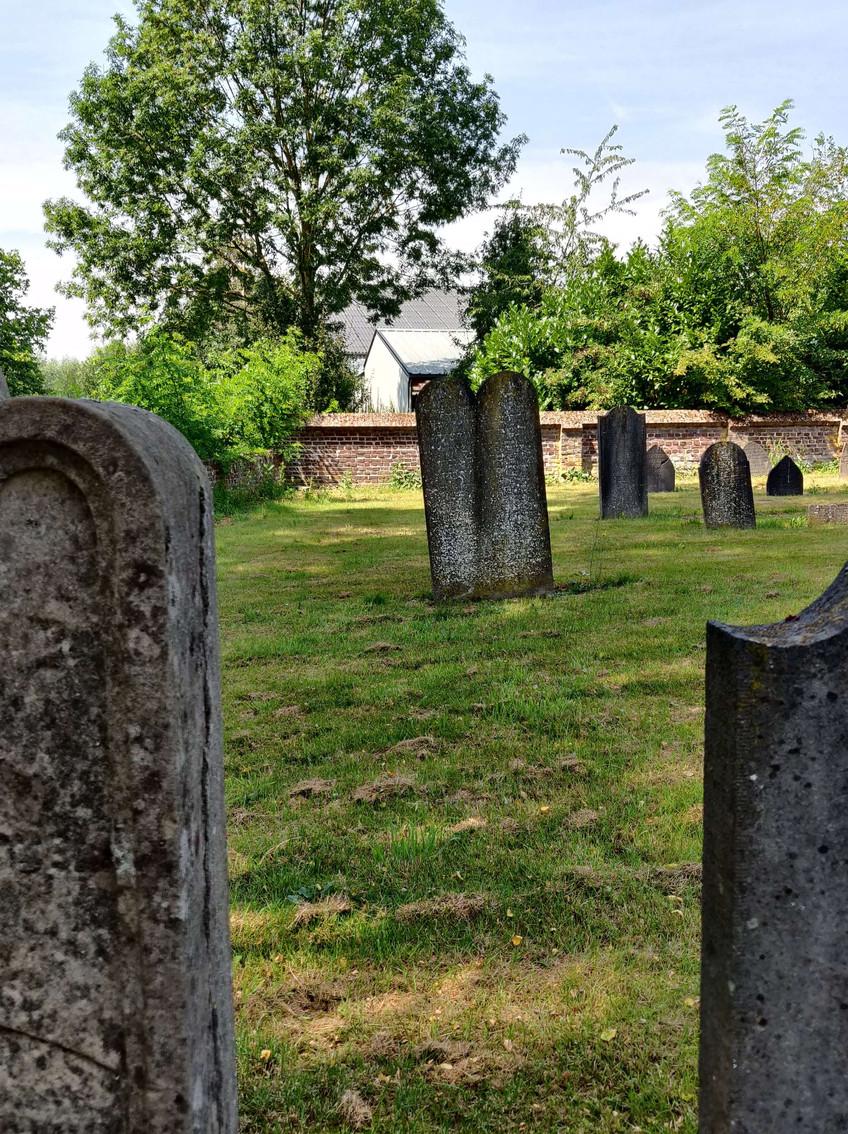 מצבות עתיקות בבית הקברות