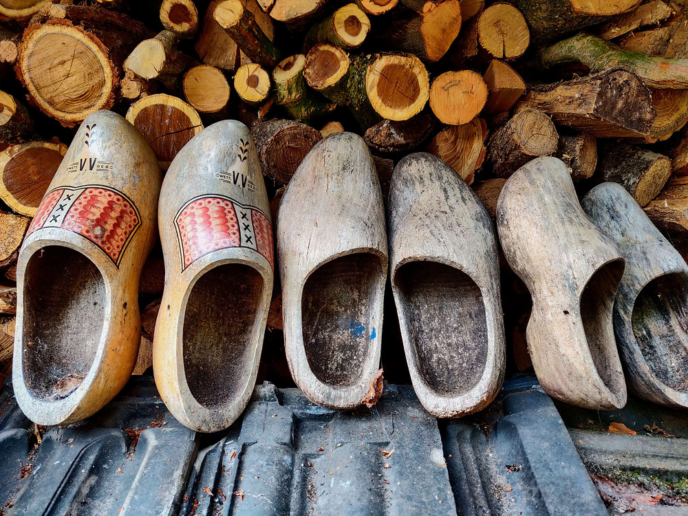 שלושה זוגות של קבקבי עץ