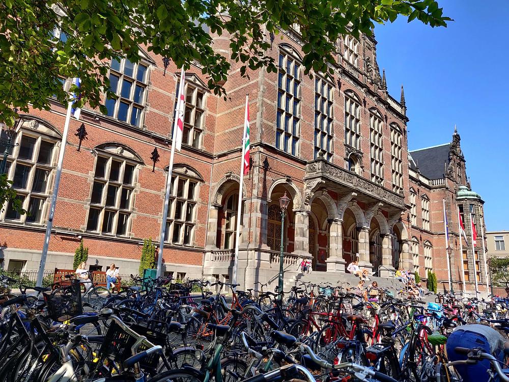 בניין האוניברסיטה ולפניו עשרות זוגות אופניים