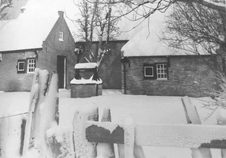 הבית המורכב משני חלקים ובאמצע הבאר. הכל מכוסה שלג