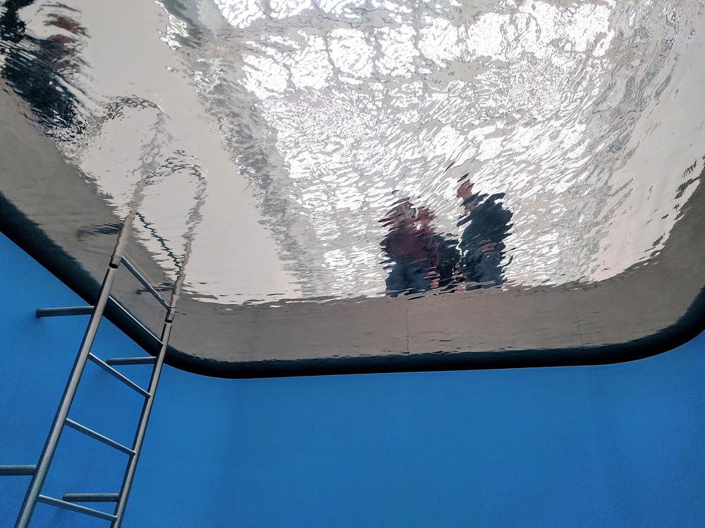 לשחות מבלי להרטב. מבט מלמטה