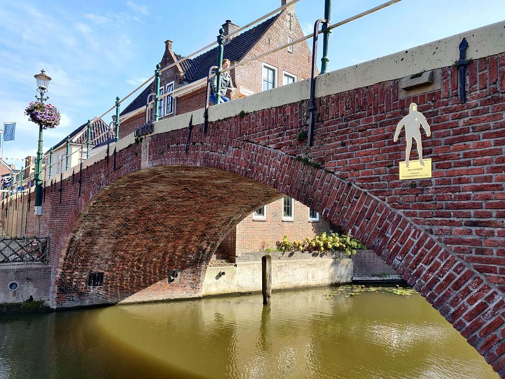 התעלה והגשר המחבר בין שני חלקי הכפר בווינסום