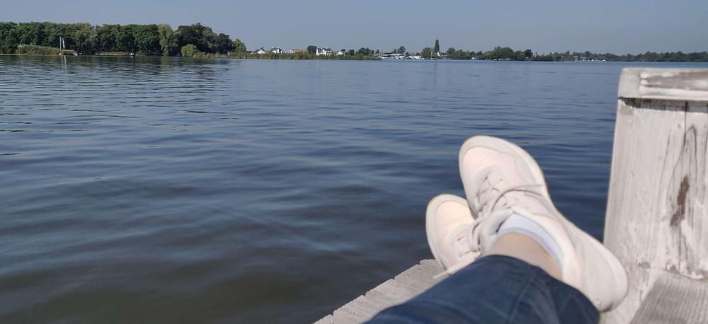 רגליים על רקע אגם