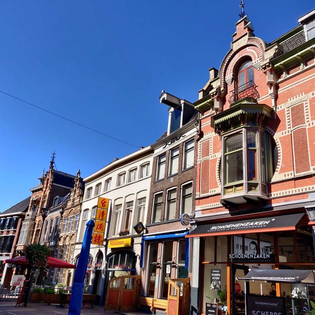 סגנונות ארכיטקטוניים שונים ברחוב הראשי