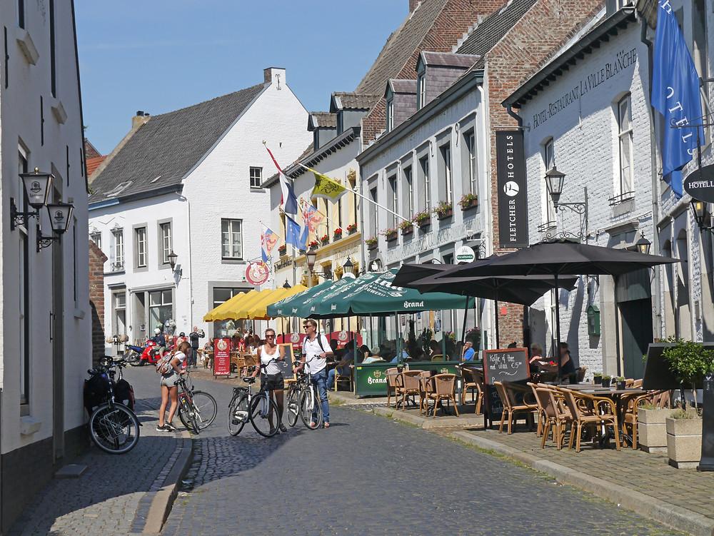 הרחוב הראשי משובץ בחנויות בוטיק, מסעדות, בתי קפה ומלונות