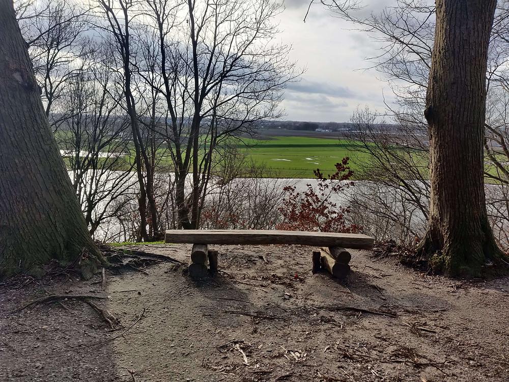 ספסל עץ על רקע נוף הנהר