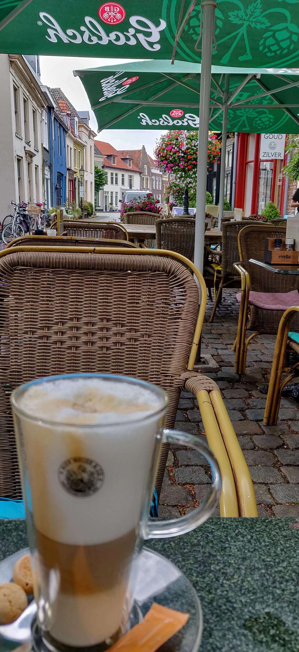 קפה באחד הרחובות הכי יפים בעיר