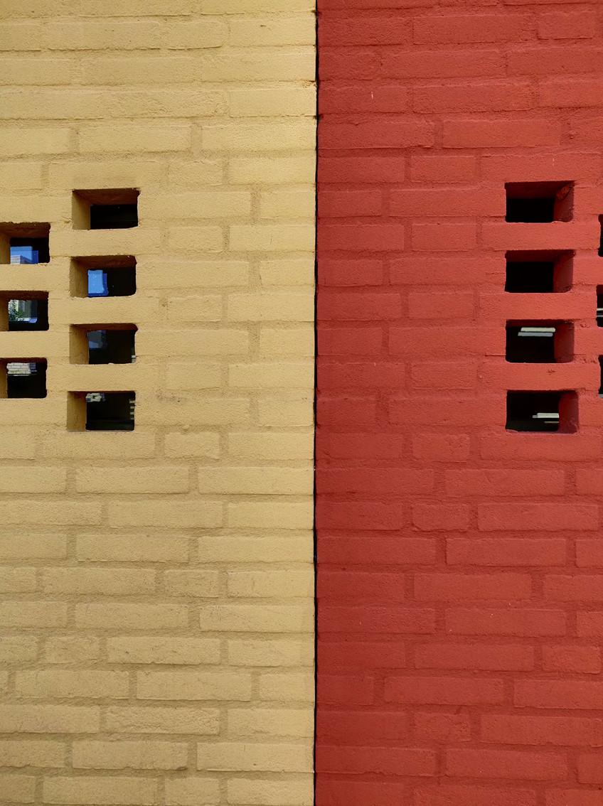 בתים בצהוב ואדום