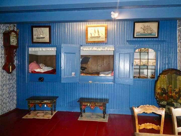 מיטת-ארון הולנדית עתיקה צבועה בכחול